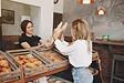 hermosas-chicas-compran-bollos-panaderia