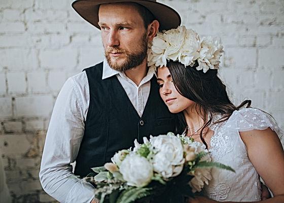 couple de marier,bouque de fleurs,mariage boheme ,wwwsemarierpascher.com