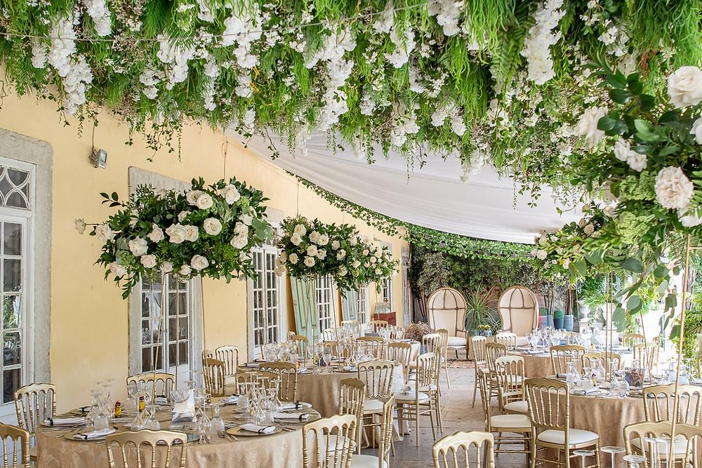 A decoração de texto no terraço da Quinta do Torneiro para um casamento feita com panos brancos e verduras