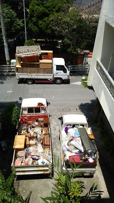 不用品を積んだトラック