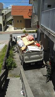 不用品回収中のトラック