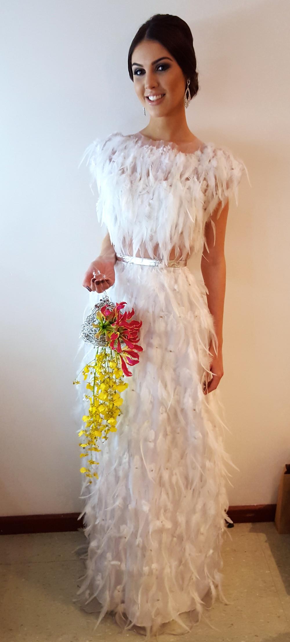 vestido de penas e plumas