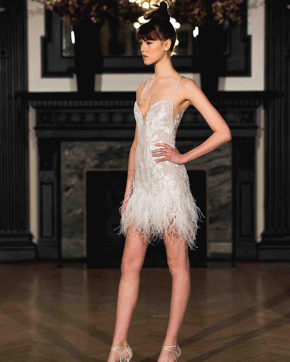 vestido com plumas