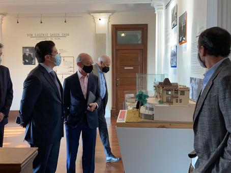 Acompañado por Fernando Elizondo, Samuel visita la casa de Eugenio Garza Sada