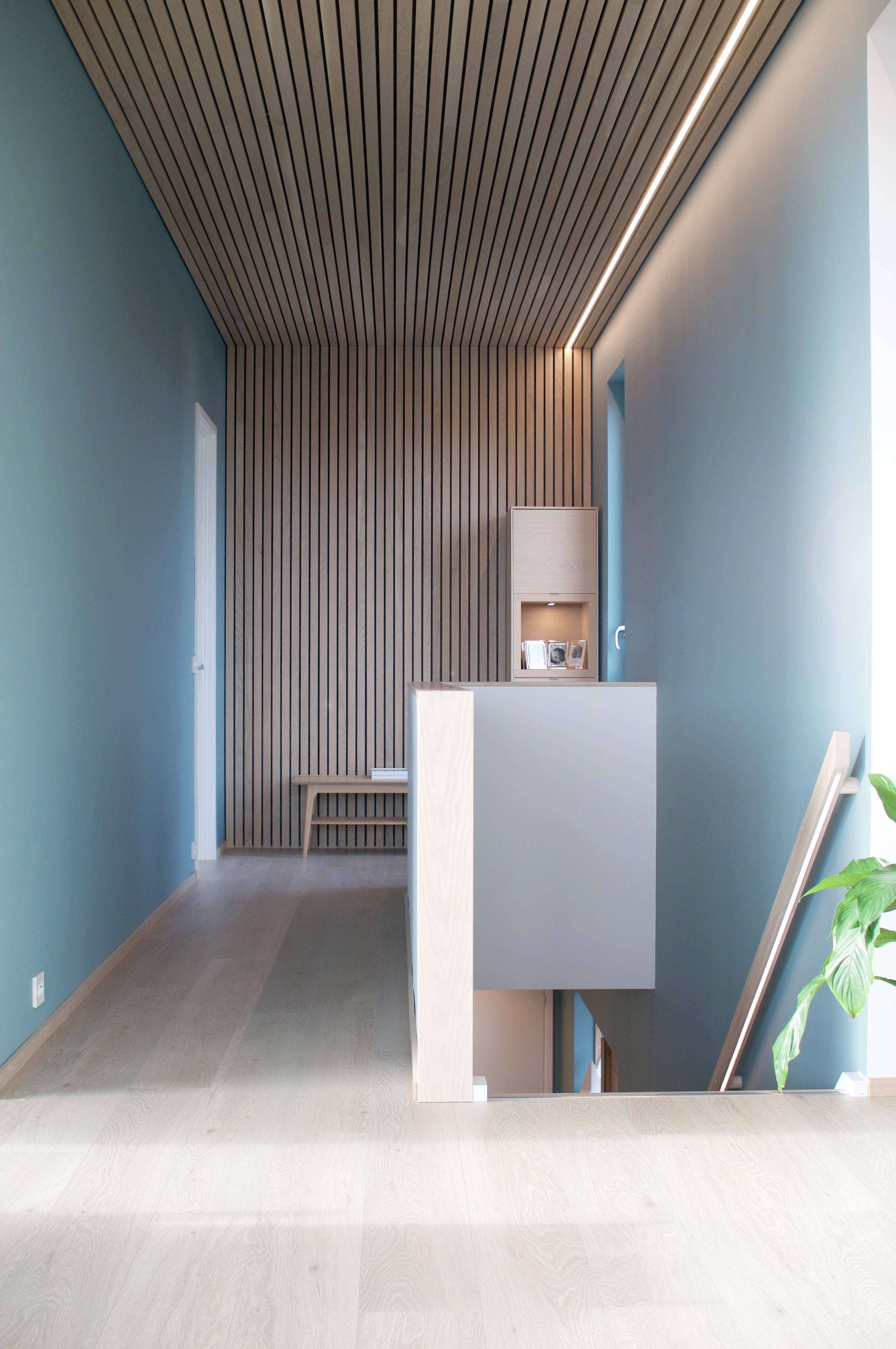 Moderne interiør med eikespiler og furupanel