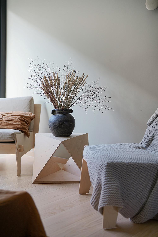 """Foto: Ferran Compte Fargen på bildet heter """"Sand Storm"""" fra Pure & Original. Dette rommet er vestvendt. Fargen kompleteres med lin-og rusttoner, og strammes opp med mørke/sorte detaljer."""