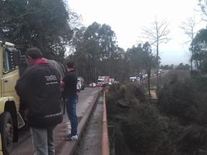 Colisão em ponte envolve carro e caminhão