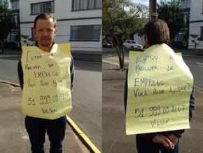Pai transita por Sapiranga com cartaz a procura de emprego para não ficar longe dos filhos