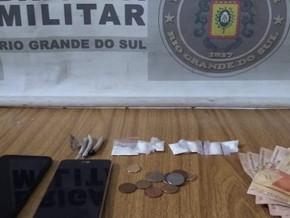 Brigada prende dois homens com drogas na Vila Branca