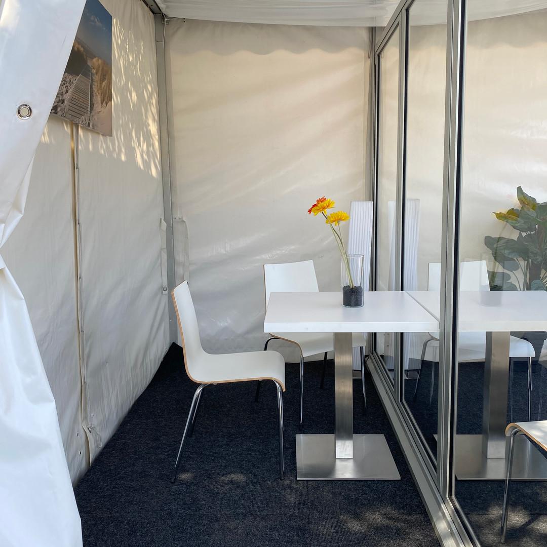 Besucherzelt Begegnungskonzept Seniorenheim Altenheim Abstandsregel Schutz Corona Covid-19 Pagode Trennscheibe Desinfektion