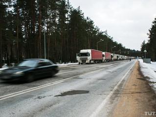 Как дальнобойщики в холод стоят в очереди на границе с Литвой.