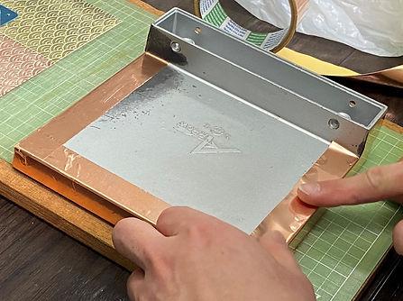 取っ手の側面に銅箔テープを貼る
