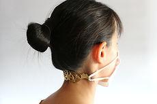 錺之マスクバンド真鍮色Sサイズを首の位置で使用している写真