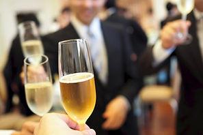 ワイングラスとパーティを楽しむ人々
