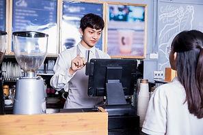 喫茶店で支払いをする女性