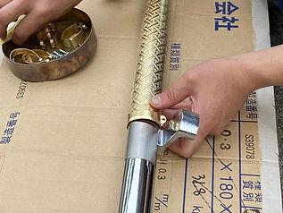 真鍮製取っ手カバーを留め具で留める