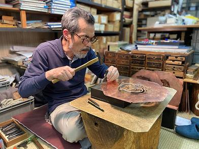 手彫りで仏具を製作