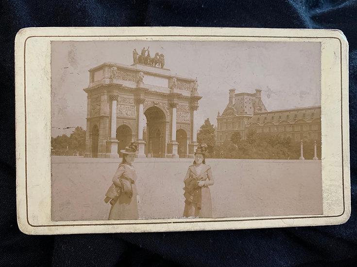 Ladies at the Arc de Triomphe in 1900