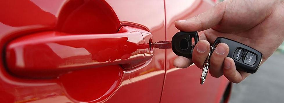 Как открыть машину? | Служба вскрытия замков в Тюмени    Вы оказались в неприятной ситуации перед захлопнувшейся дверью машины и не знаете, как решить проблему? Обратитесь в нашу автомобильную службу вскрытия замков.  Случайно оставили ключи в автомобиле?  Если вам нужен мастер по вскрытию автомобилей, мы поможем. Наши специалисты быстро прибудут к месту вашего нахождения, чтобы разблокировать дверь машины.  В экстренных ситуациях мы действуем оперативно, имеем в своем распоряжении все необходимые инструменты и приспособления для решения возникшей проблемы.  Аргументы в пользу выбора нашей организации  