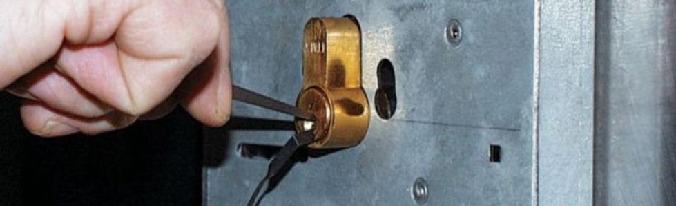 Как открыть замок без ключа? Интересные способы!    Прочитав эту статью, вы узнаете, как открыть замок без ключа. Есть много необычных способов.    Вскрытие замков можно произвести при помощи:    Жестяной пластины;  Самодельного дубликата;  Рожкового ключа;    Один из самых простых способов открыть замок – с использованием железной пластины. Это идеальное решение для навесных запорных механизмов. Для успешного решения задачи потребуется железная банка с ножницами. Нужно вырезать кусок железа в виде буквы «Т» и согнуть его в ровную полосу. Эта полоса вставляется вдоль дужки навесного запорного механизма и поступательными движениями проталкивается внутрь. Металлический кусок оказывает давление на стопор, и замковая дужка открывается.  Аварийное вскрытие замка можно выполнить дубликатом, сделанным своими руками. Это оптимальный вариант для цилиндровых механизмов. Для этого требуется «подкоптить» подлинный гладкий ключ при помощи зажигалки либо свечки, пока на нем не образуется слой т