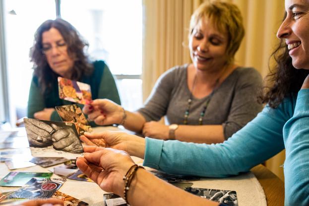 קלפים כמקור השראה וחיבור לסמוי מן העין.
