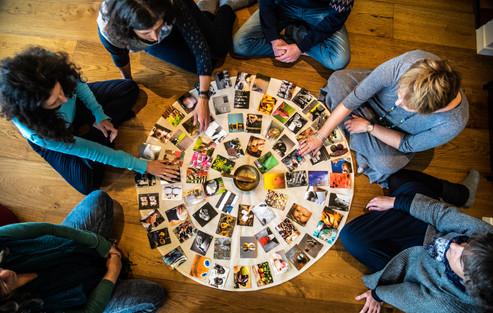 עבודה עם קלפים כמקור השראה וחיבור לסמוי מן העין