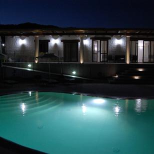 Nioleo in notturna, sullo sfondo la sagoma del Monte Lattu