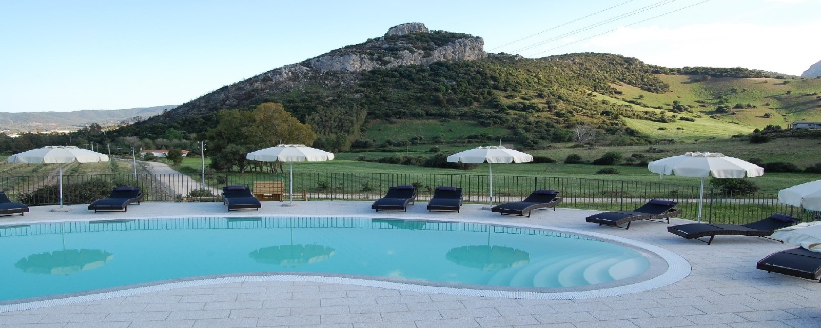 Piscina sfondo monte Nioleo