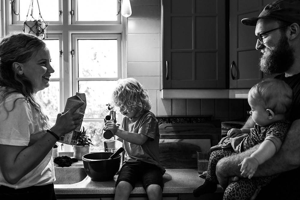 I køkken med mor og far