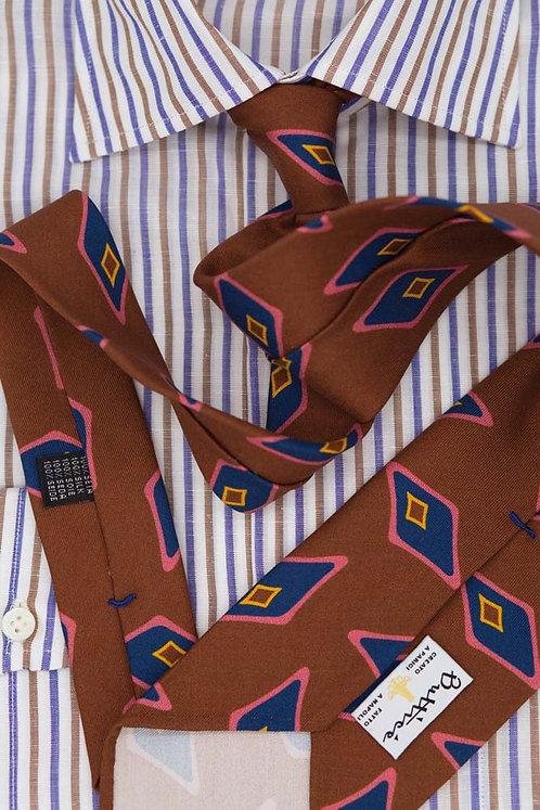 Cravate imprimée marron : motifs losange bleu/rose