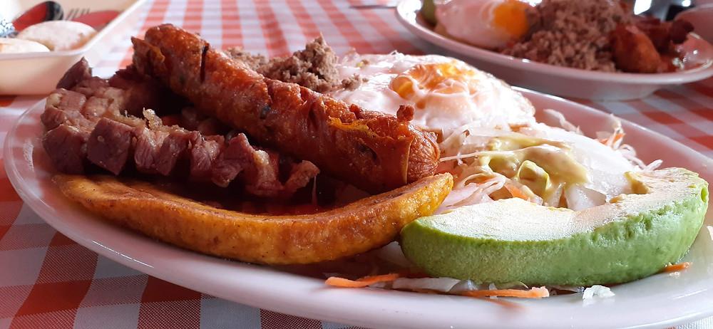 Chicarron Kolombia sering disajikan dalam Menu del Dia (c) Arakita Rimbayana BuLiBi Bukan Liburan Biasa