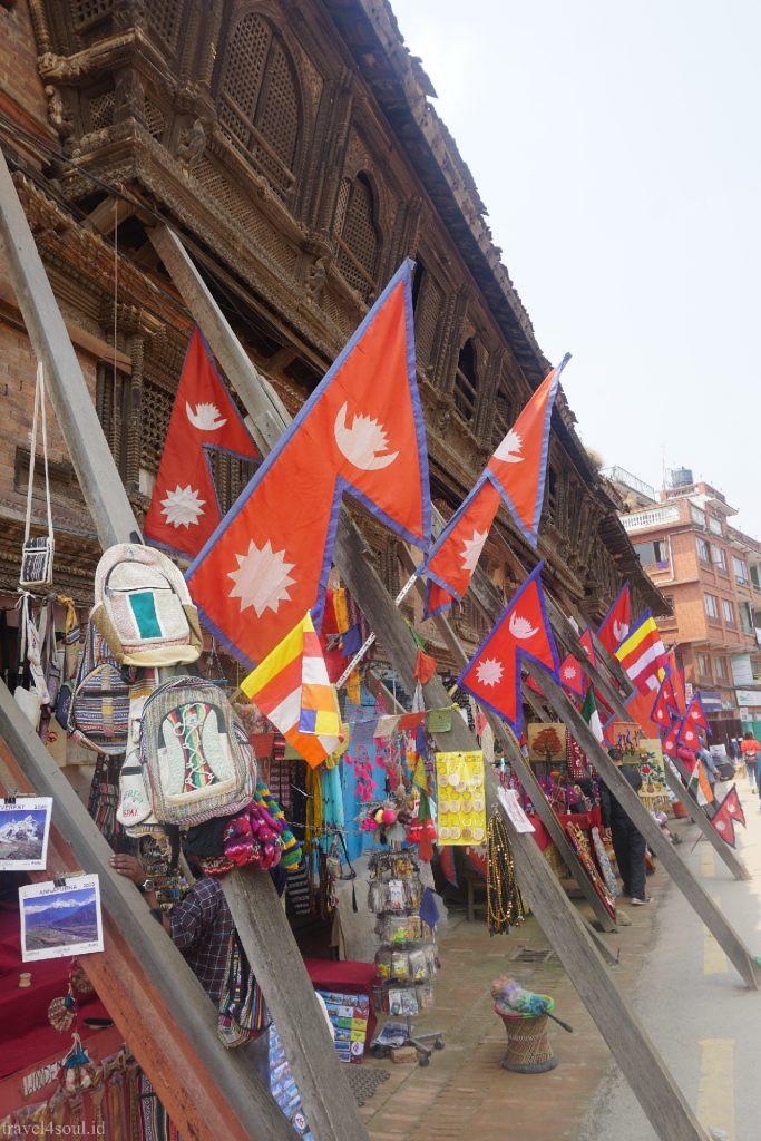 Bendera Nepal yang Unik (c) Desi Triaryanawati BuLiBi Bukan Liburan Biasa