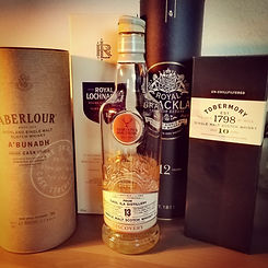 Das Foto zeigt ein Tasting bestehend aus Aberlour, Royal Brackla, Lochnagar, Tobermory, Caol Ila