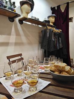 Das Foto zeigt das Tasting in der Schneiderei der Musterknaben