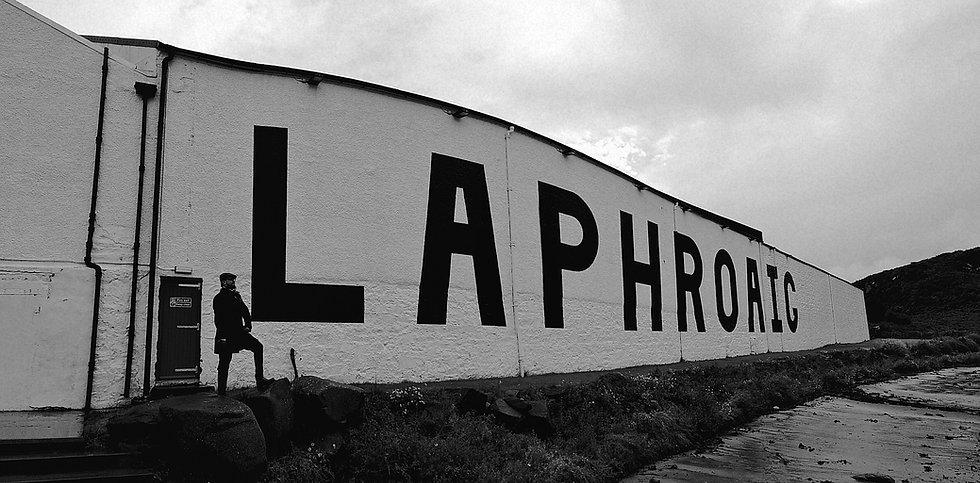 Das Foto zeigt mich im Panorama vor meiner Lieblings-Brennerei Laphroaig