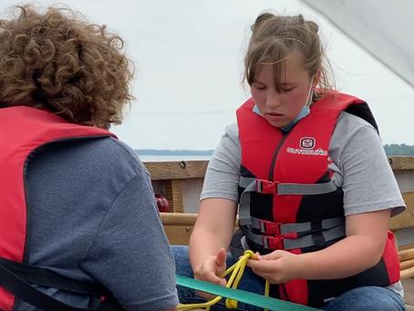 15 minutes après avoir réalisé son premier noeud de chaise, elle peut l'enseigner à d'autres marins