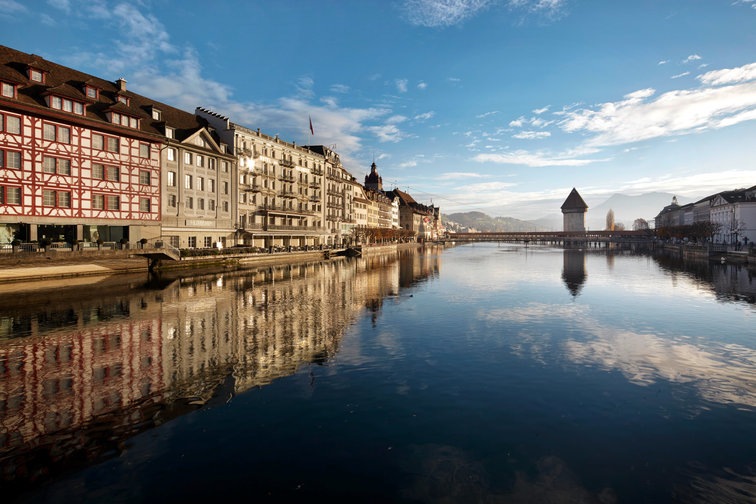 Lucerne_River_to_Bridge.jpg
