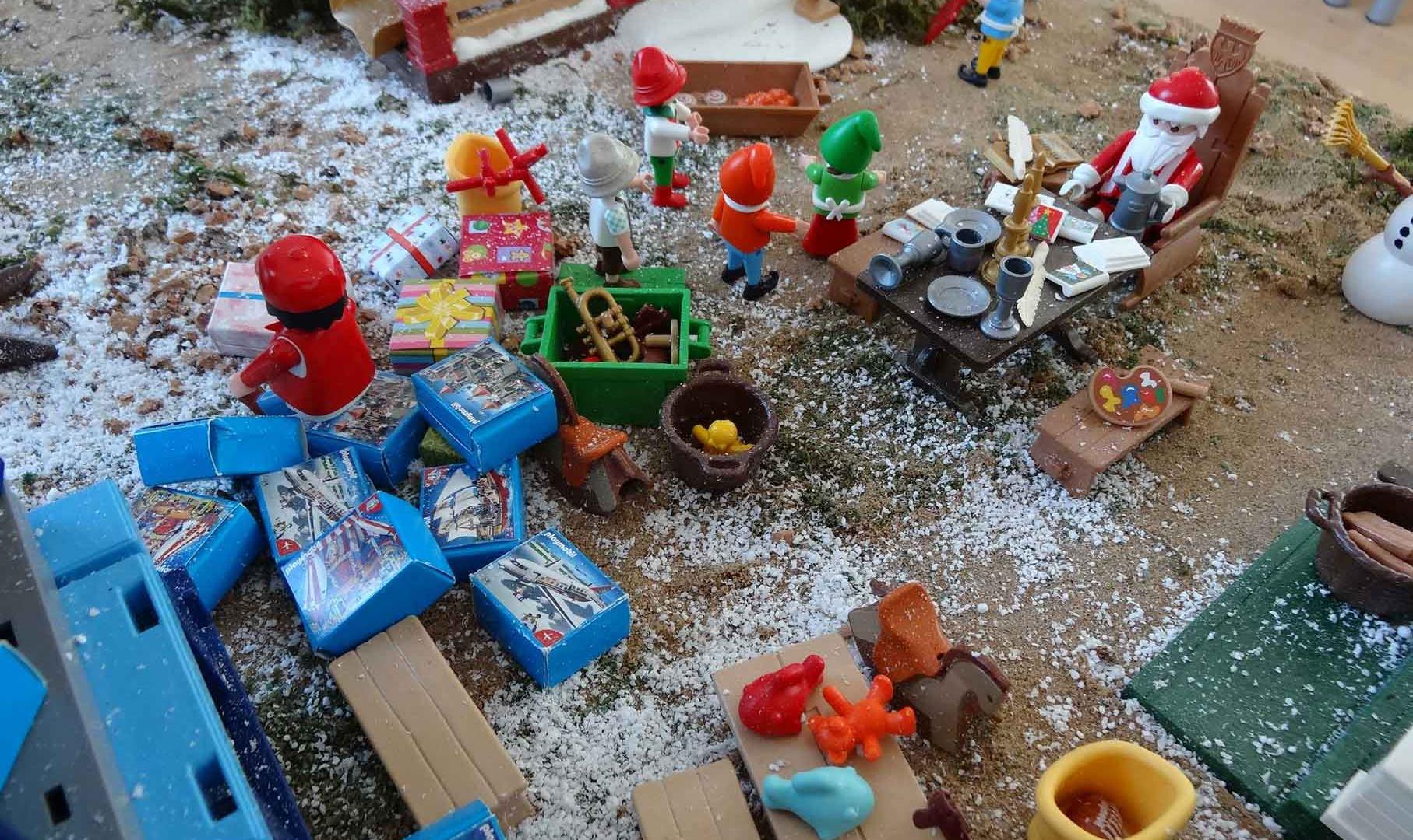 La casita de Papa Noel llena de regalos.