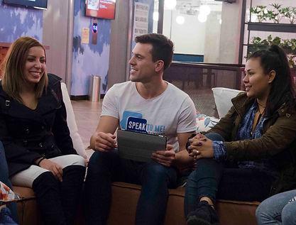 El fundador James con unos de los estudiantes de inglés
