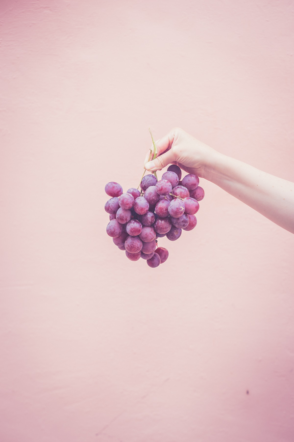 anna holding grapes_