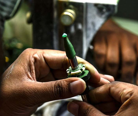 Emerald-cutting-and-polishing.jpg
