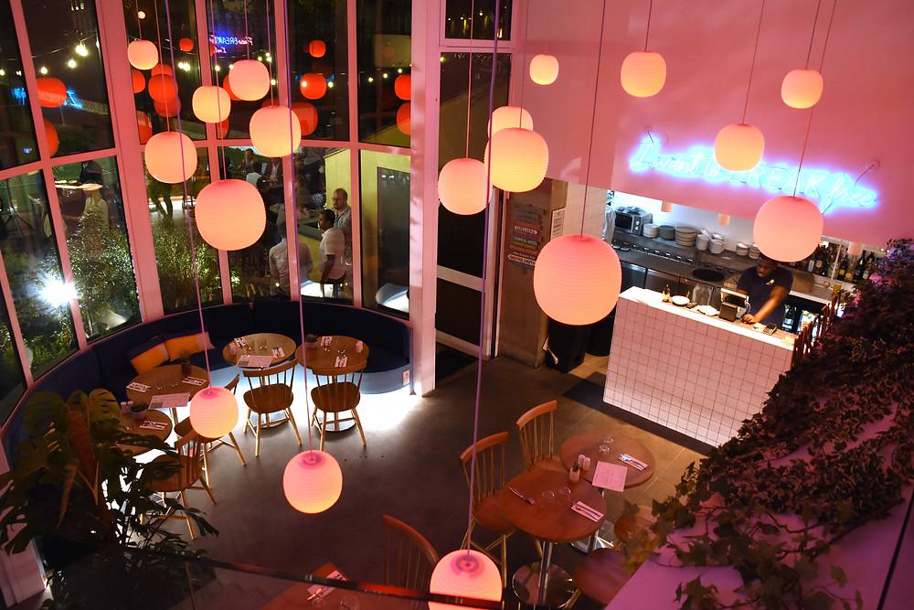 Break-Paris-restaurant-pereire-salle-privatiser-bar-à-paris-neon-pink-restaurant-cafe-los-angeles