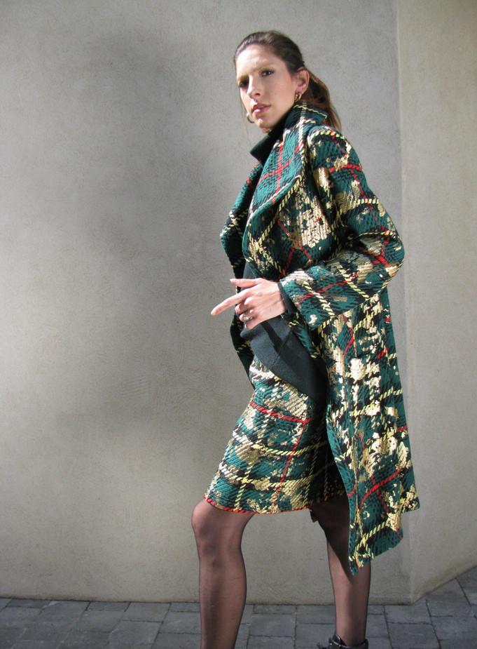 Manteau PEPITES vert en coton sur jupe TARTAN assortie