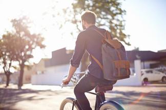 Mann Reiten Fahrrad mit Rucksack