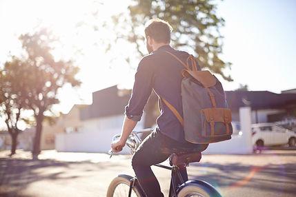 man rijden fiets met rugzak