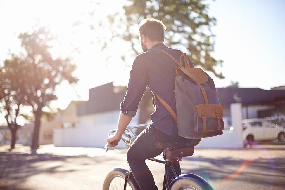 homme équitation vélo avec sac à dos
