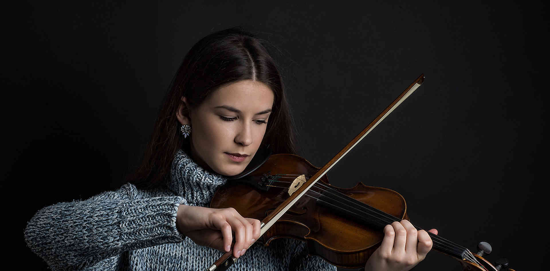 girl-3961381_1920 violinist (1).jpg