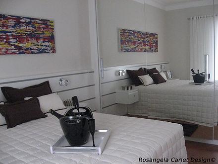 Design de Ambientes. Quarto decorado com cama de casal e taças de champagne