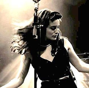cora lynn chanteuse micro.jpg