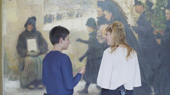 Sacha und Saskia vor Émile Friant, La Toussaint, 1888, huile sur toile. © Nancy, Musée des Beaux-arts. Foto: M.C., August 2020